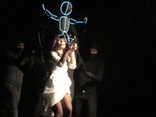 Paula Abdul's Career-Spanning Show jest całkowicie surrealistyczna (i czasami surrealistyczna)