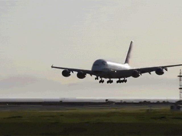 それが信じられないほど地面に近いとき着陸を中止するエアバスA380を見ます