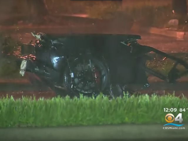 Lamborghini Front End Lands на парковке после аварии разбивает автомобиль пополам