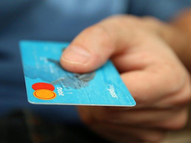 Cada semana comes suficiente plástico como para fabricar una tarjeta bancaria. Esto es lo que necesitas saber