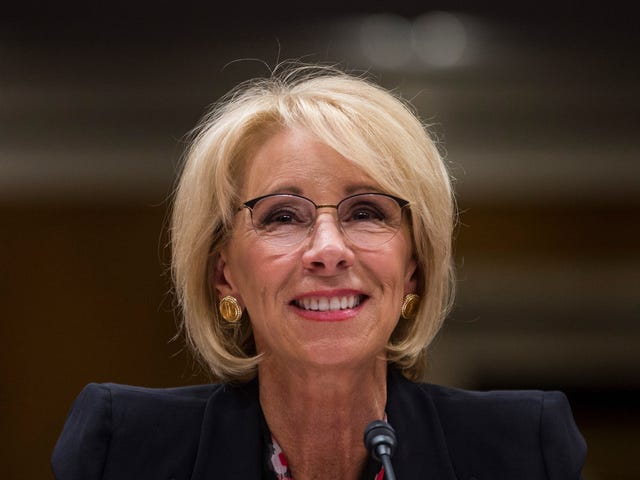 Betsy DeVos sapeva esattamente cosa stava facendo quando ha ritirato le protezioni per gli studenti trans