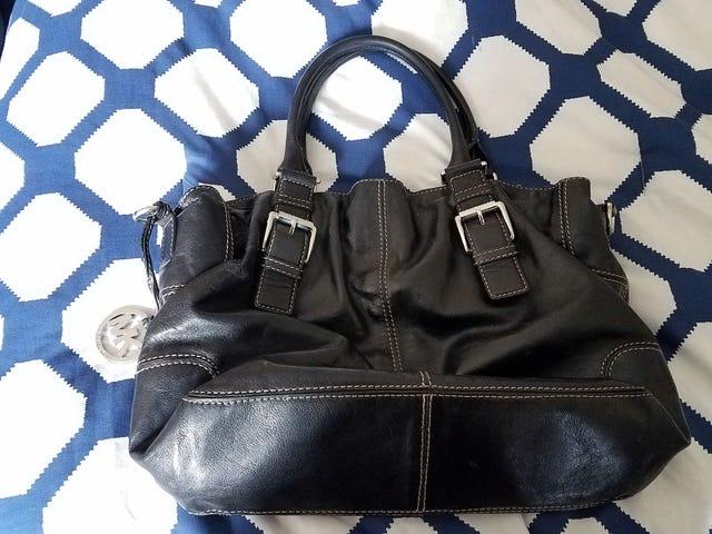 Qualcuno interessato a una borsa a mano di Michael Kors?