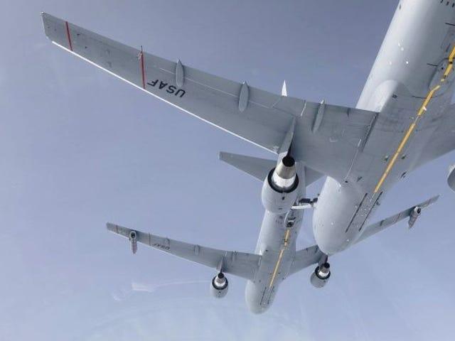 Mira cómo un avión cisterna abastece de combustible a otro avión igual en pleno vuelo