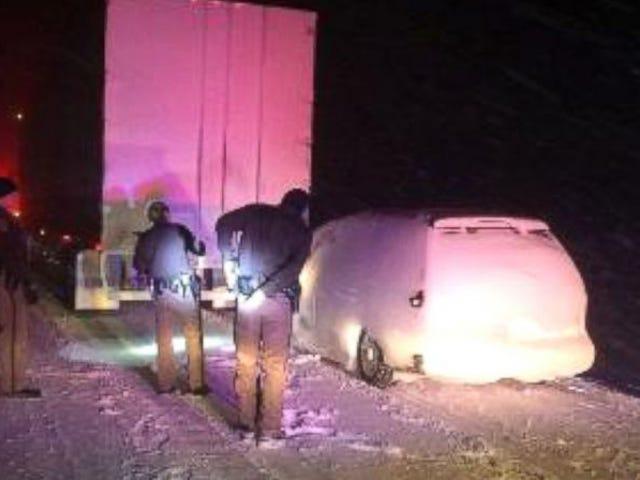 Semi Truck schleppt Minivan für 16 Meilen in Snowblind Nightmare Crash