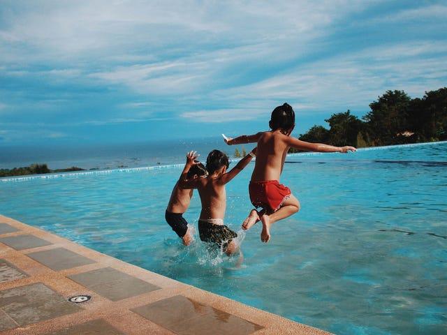 Una guida per mantenere i vostri bambini al sicuro mentre nuotano