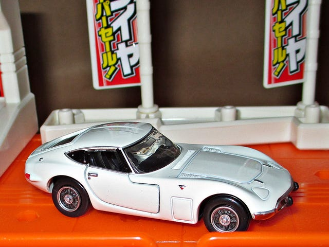 Tomica Tuesday: Premium Toyota 2000GT