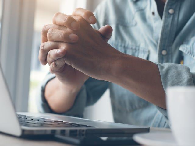कैसे एक नौकरी के लिए साक्षात्कार के आधार पर पालन करें (कष्टप्रद होने के बिना)