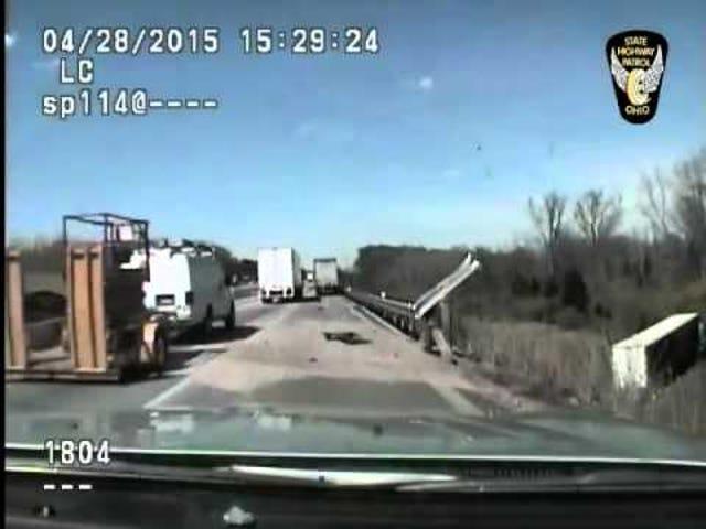 Ακούστε το άγριο ήχο που συλλαμβάνεται σε Dashcam ως Trooper σώζει τη ζωή του Trucker