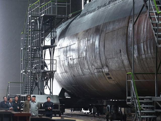 Medios estatales de Corea del Norte publican fotos de Kim Jong Un recorriendo el submarino 'recién construido'