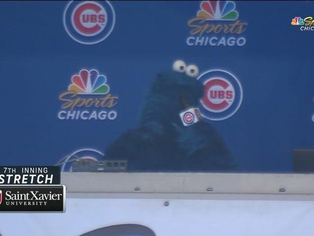 Годинники Cookie Monster ведуть 7-ий іннінг ділянку на Wrigley Field