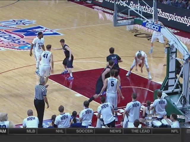 BYU: n Kyle Collinsworth heittää apua joukkuetoverin jalkojen kautta