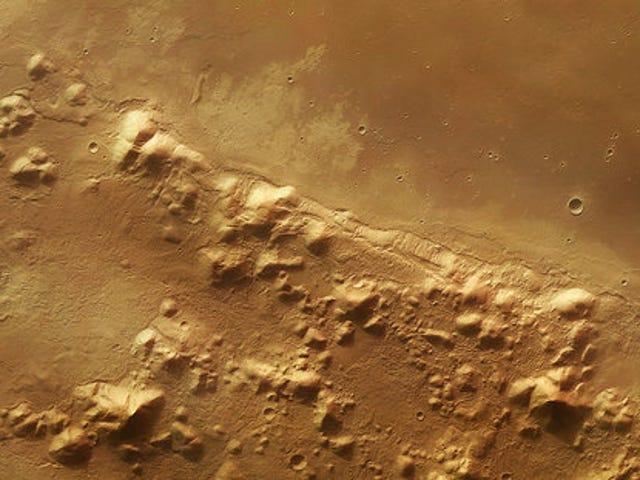 Ovatko nämä vuoret Marsilla peittäneet jäätä juuri sen alapuolella?