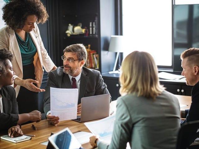 Hur man ser smart ut i ett affärsmöte Full av främlingar