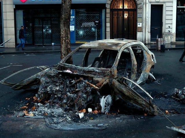 França recua em novos impostos sobre combustíveis depois de motins que queimam carros