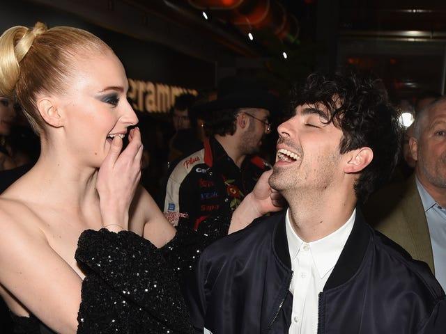 Joe Jonas và Sophie Turner đã kết hôn bây giờ, nhờ một kẻ giả mạo Elvis