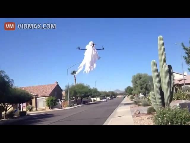 Ito Drone Dressed bilang isang Ghost Ay Handa na matakot Kids sa Kamatayan Sa Halloween