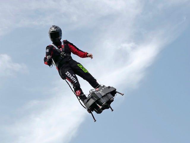 Hoverboard dell'inventore francese attraverso il Canale della Manica, questa volta non riesce a schiantarsi