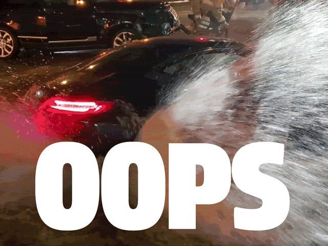 Birisi Bir Mercedes AMG GT'yi Hidrant İçine Sürüyor Ve Muhteşem Bir Karışıklık