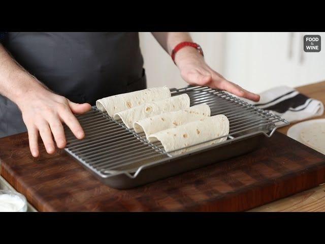 Verwenden Sie ein Backblech, um Tortillas in knusprige Taco-Muscheln zu verwandeln