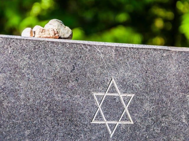 Muslimiaktivistit nostavat yli 70 000 dollaria korjaamaan vandalisoitua juutalaista hautausmaaa