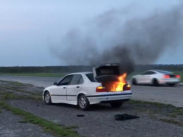 Αφήστε αυτή τη Burning BMW να σας υπενθυμίσω να αφαιρέσετε πάντα οτιδήποτε ακάλυπτο πριν από την ημέρα του τραγουδιού σας