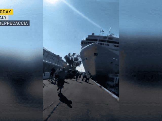 Mire un crucero masivo aniquilar un muelle de Venecia