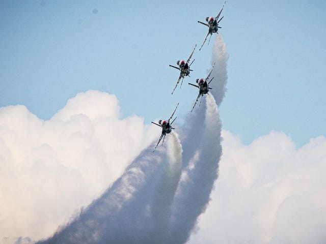 US Air Force F-16 Thunderbirds don't even look like planes in this photo