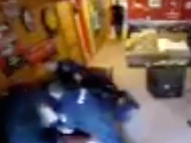 En sort teenager gik gennem en mental sundhedskrise.  Wisconsin Politi sluttede op Punching ham i hovedet