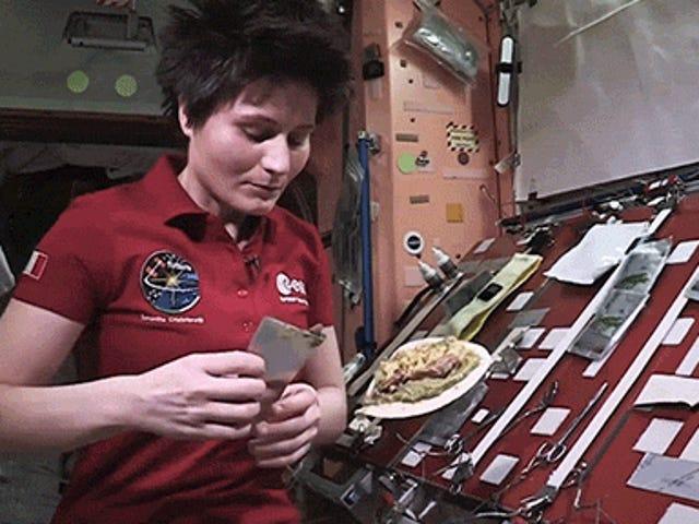 Το μαγείρεμα κοτόπουλου και ρύζι στο διάστημα είναι πάντα διασκεδαστικό
