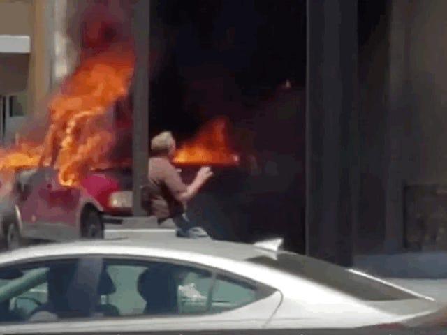 El tanque de propano que se quema en la recolección explota en la conducción a través