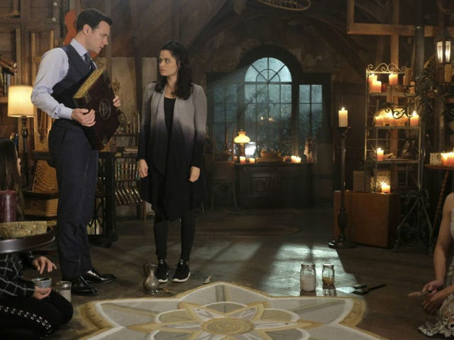 """<a href=https://tv.avclub.com/charmed-makes-its-biggest-play-yet-but-trips-on-its-rus-1830374562&xid=17259,15700022,15700186,15700191,15700256,15700259 data-id="""""""" onclick=""""window.ga('send', 'event', 'Permalink page click', 'Permalink page click - post header', 'standard');""""><i>Charmed</i> ,但却匆匆忙忙地踱步</a>"""