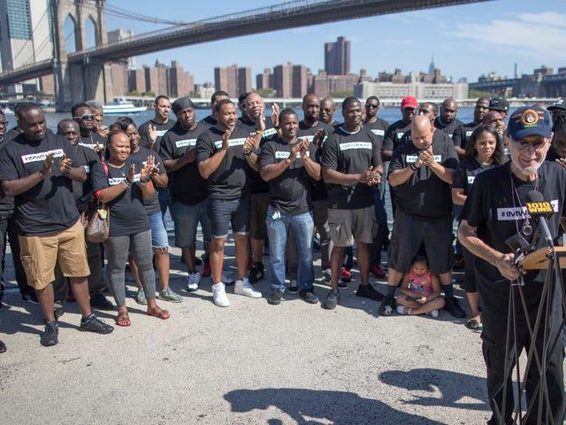 Фрэнк Серпико присоединяется к нынешним и бывшим сотрудникам NYPD на ралли Pro-Kaepernick