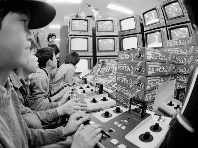 Αυτή την μέρα στην ιστορία: τα παιδιά παίζουν το Epoch Cassette Vision, μια πρώιμη ιαπωνική κονσόλα παιχνιδιών στο σπίτι, σε ένα πολυκατάστημα του Τόκιο ...