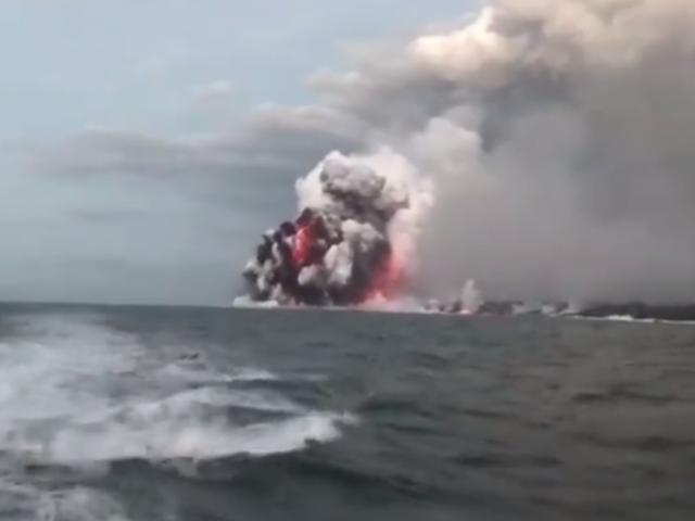 En lavapumpe fra vulkanen Kilauea rammer et turistskib, der sårer 23 mennesker