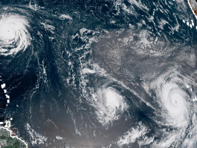 Tres huracanes surcanelAtlánticomientrasEstadosUnidosevacúaanunmillóndepersonas