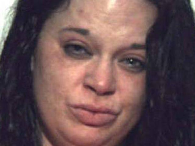 Cool Mom Drives Drunk til Orgy, bringer syv år gammel sønn sammen for moro skyld