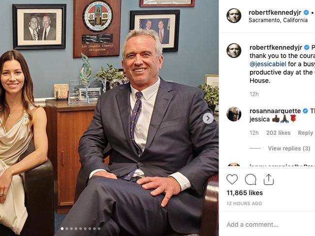 Eh bien, voici Jessica Biel qui semble faire pression sur les législateurs californiens aux côtés de l'activiste anti-vaccin Robert F. Kennedy Jr.