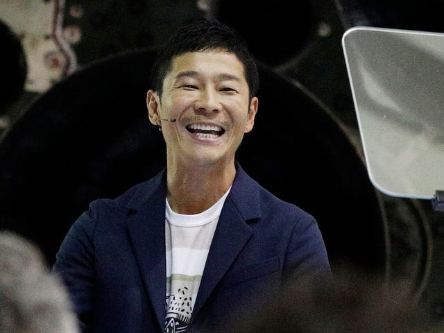 Japanese Billionaire Breaks Retweet Record with Promise of $10,000 Each to 100 Twitter Users