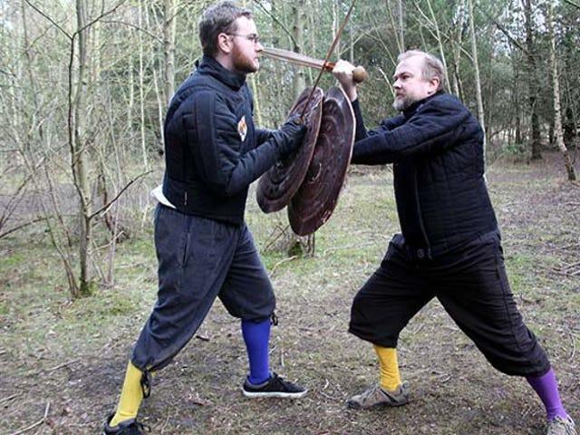 De grands citoyens citoyens recréent des techniques de combat à l'épée de l'âge du bronze pour découvrir les secrets de combat antiques
