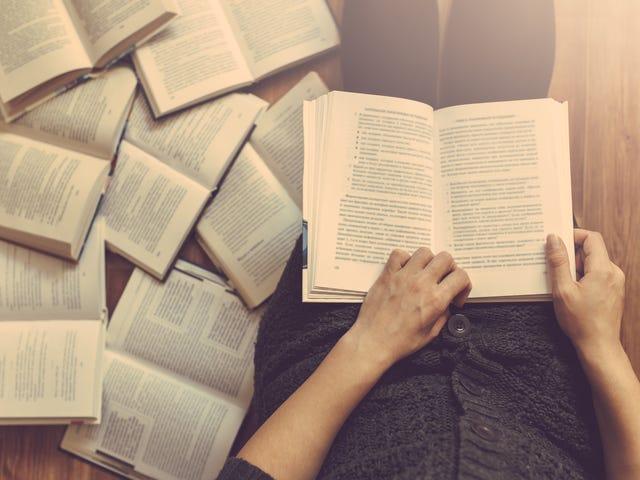 Remaja yang Mengagumi Historic Va Sekolah Afrika-Amerika Dihukum Membaca Buku