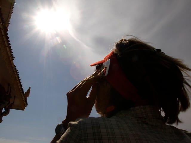 Un anciano que sufrió daño Permanente en los ojos por ver un eclipse solar es la mejor advertencia para no hacerlo