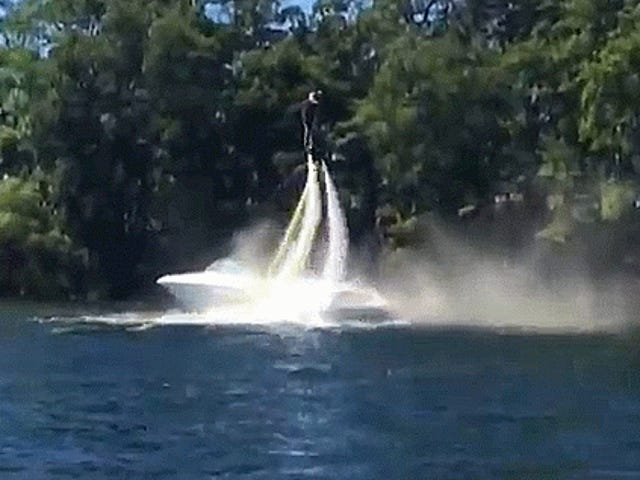 Watch Điều này Sử dụng Dude Một Hoverboard Water-Powered để Đặt ra Một Fire