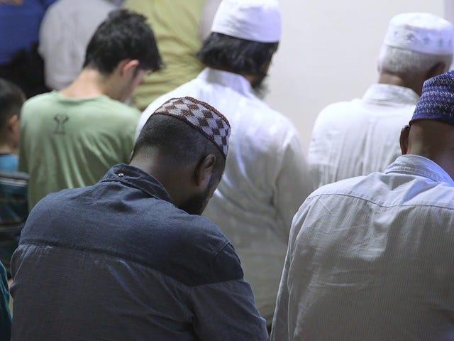 Εκατοντάδες συγκεντρώνονται για να θρηνήσουν ιμάμη και βοηθός πυροβόλησε έξω από το τζαμί της Νέας Υόρκης
