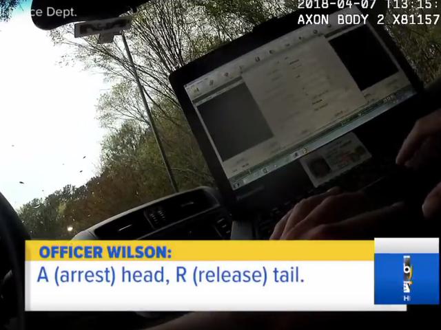 경찰은 동전 던지기 응용 프로그램을 사용하여 여성을 체포할지 결정합니다.  그녀가 이기고, 그들은 어쨌든 그녀를 체포한다.