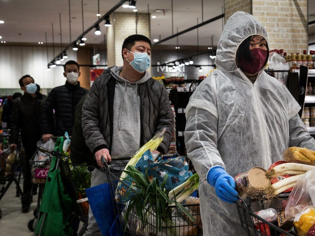चीन नई नैदानिक दिशानिर्देशों का उपयोग करते हुए एक दिन में 15,000 से अधिक कोरोनावायरस मामलों की रिपोर्ट करता है