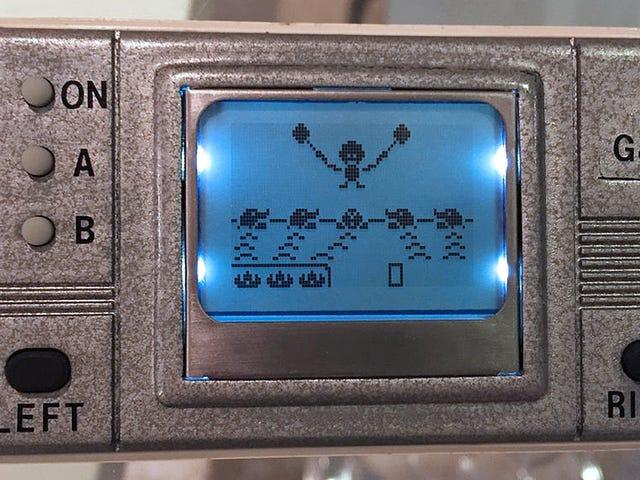 Eski bir Nokia cep telefonu ile yapılan bir DIY klasik oyun ve izle el yapımı