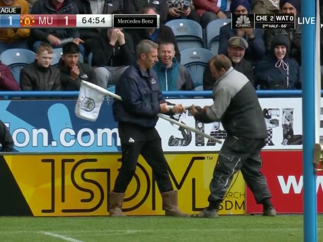 Ang Bayan ng Huddersfield ay na-snap ng isang Corner Bandila At Nangungunang-Apat na Kahulugan ng Manchester United