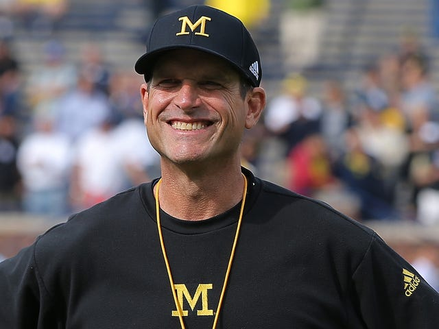 Big Boy Jim Harbaugh disfruta de un enorme vaso de leche con un gran filete