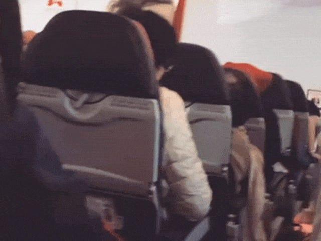 Un piloto pide a los pasajeros que recen cuando el avión se sacude violentamente en pleno vuelo por un fallo