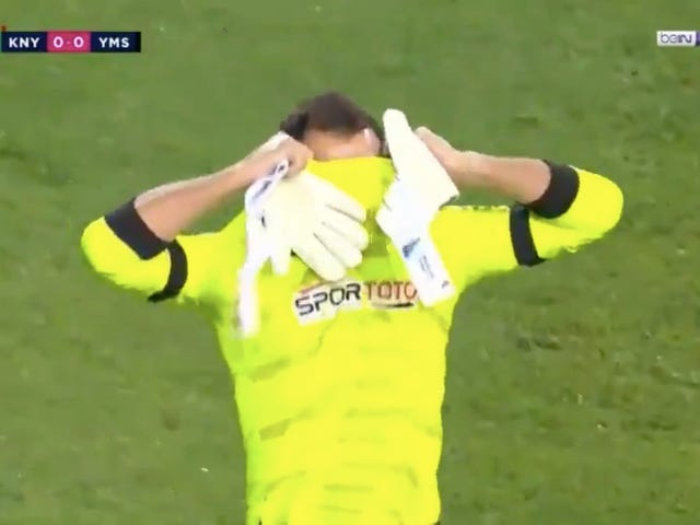 Keeper Earns Record For The Fastest, And Probably The Dumbest, Red Card In League History